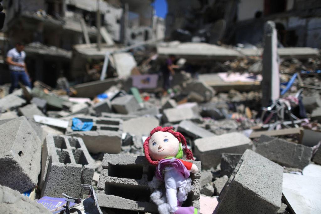 Juguete entre escombros, franja de Gaza- Xinhua, Wissam Nassar