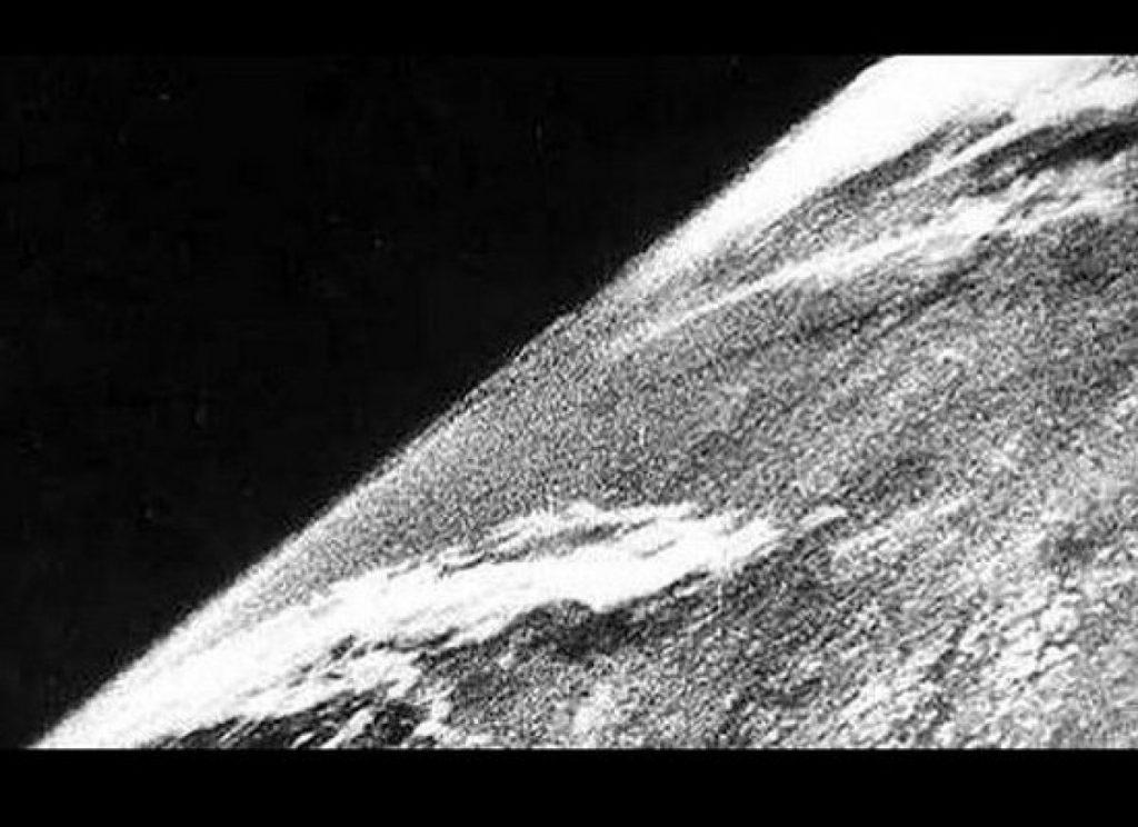 Primera fotografía de la Tierra tomada desde el espacio el 24 de octubre de 1946