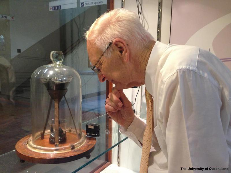 John Mainstone murió a los 78 años sin ver la caída de una gota de brea (VIDEO)