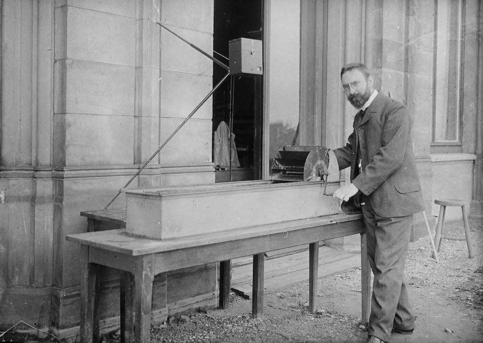 Ludwig Prandtl en 1904 con su canal de prueba de líquidos