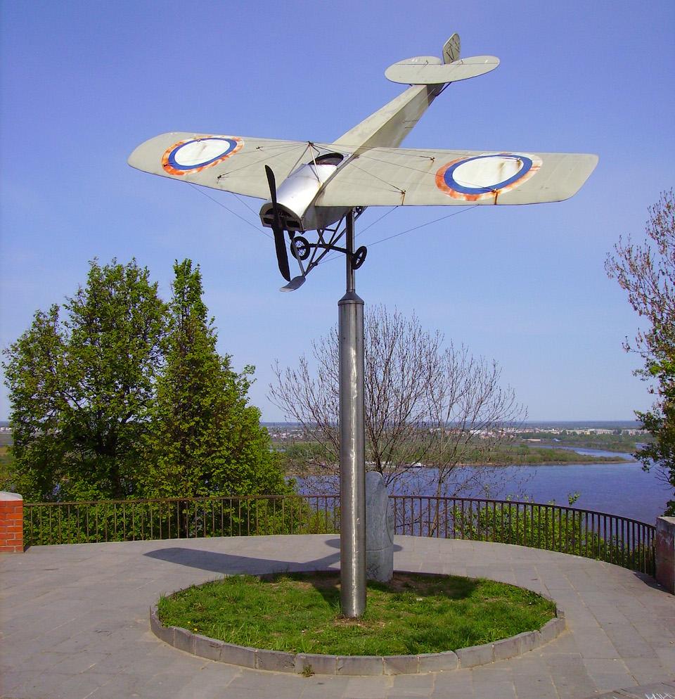 Monumento en Nizhny del monoplano en que Nesterov realiza el primer loop - Bestalex