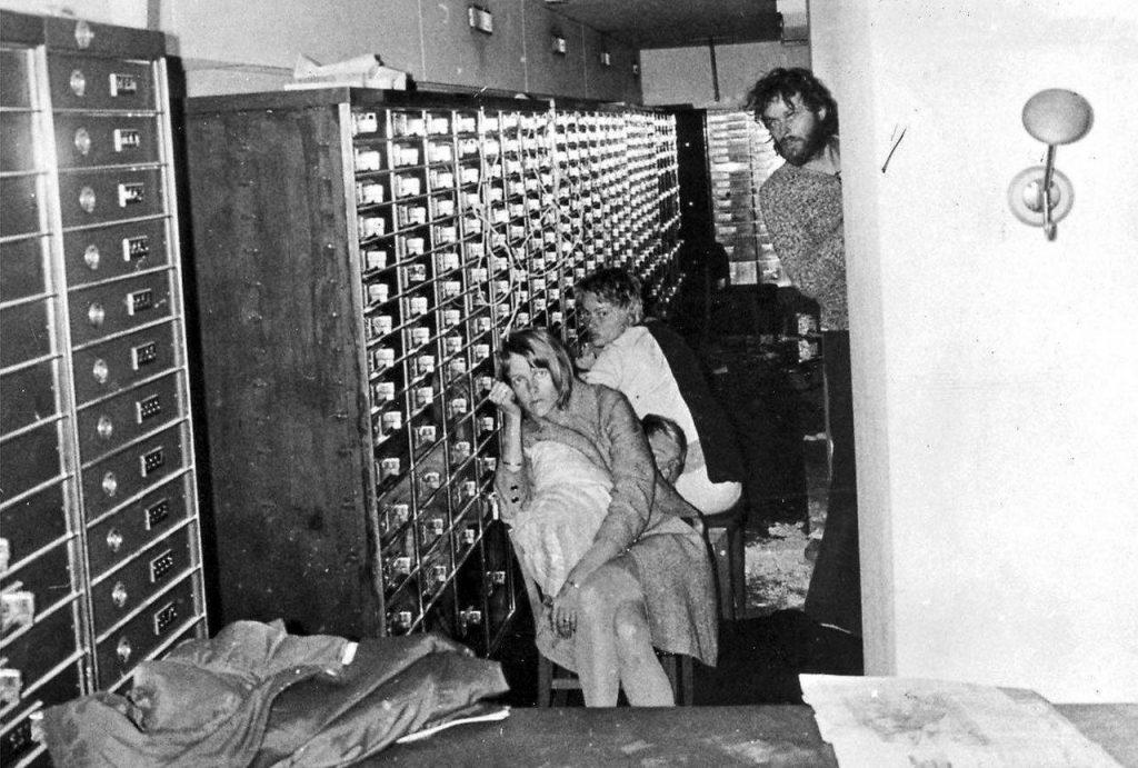 Fotografía cedida por la Policía, que muestra a los empleados del Kreditbanken con su secuestrador, Clark Olofssonen el sótano del banco, en Norrmalmstorg, en Estocolmo, Suecia, el 23 de agosto de 1973.