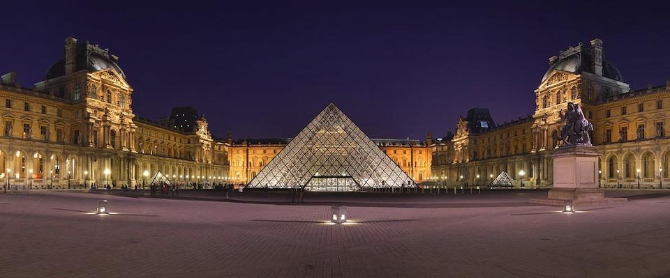 Vista del Museo del Louvre y su pirámide- Wikipedia, Benh Lieu Song