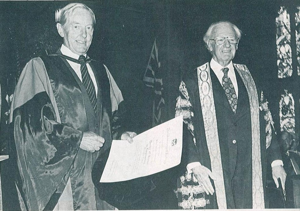 Wilbur Norman Christiansen y el Canciller Sir Hermann Black- Foto The University of Sydney News, 15 de abril de 1980, Archivos de la Universidad