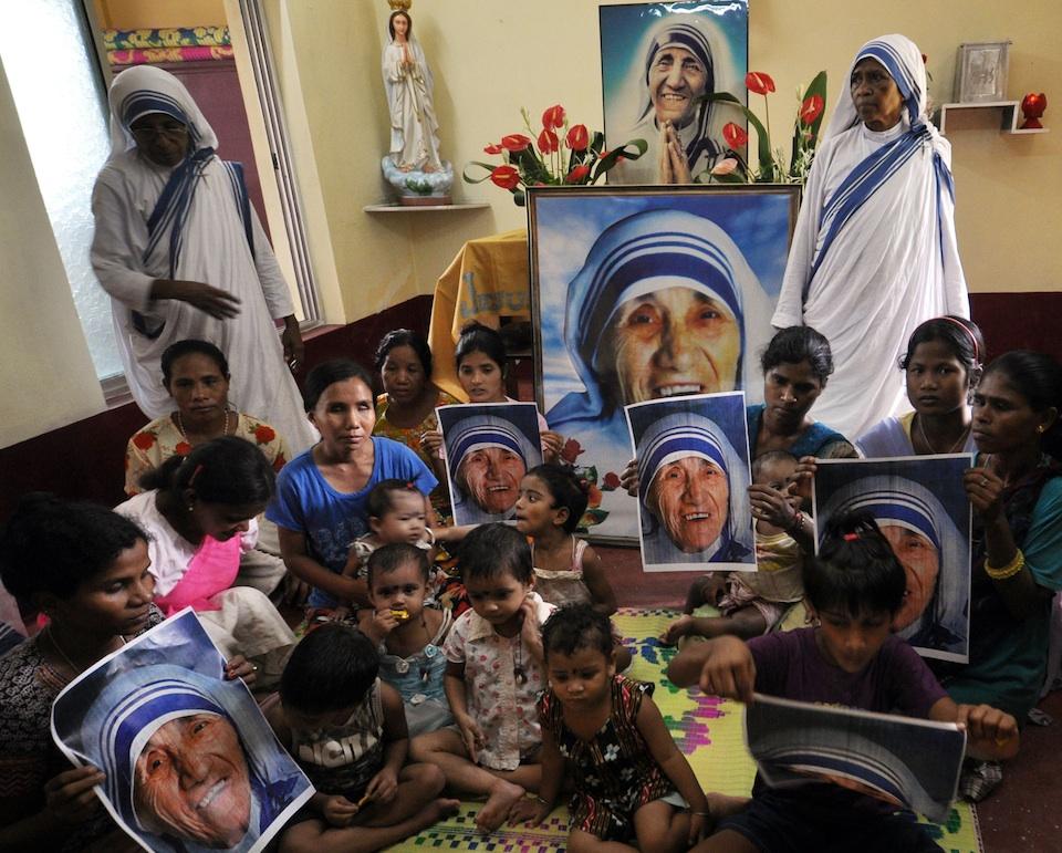 Niños sostienen fotografías de la Madre Teresa de Calcuta en la Congregación de los Misioneros de la Caridad, Xinhua/Str (archivo)