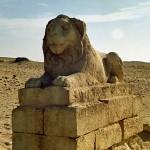 Estatua de león en el desierto