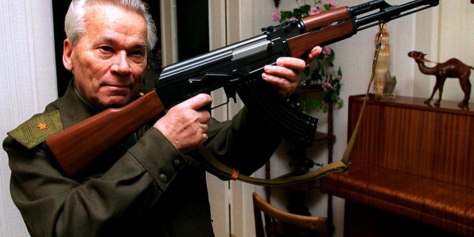 Mikáil Kaláshnikov con un AK 47