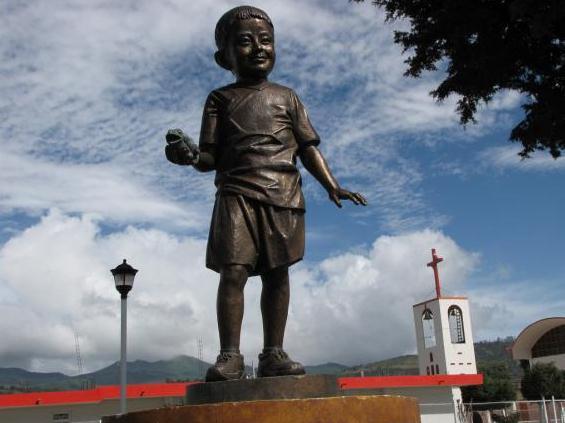 Estatua de Edgar Hernández, el niño caso cero en la gripe porcina H1N1