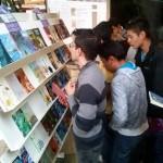 Jóvenes buscando libros