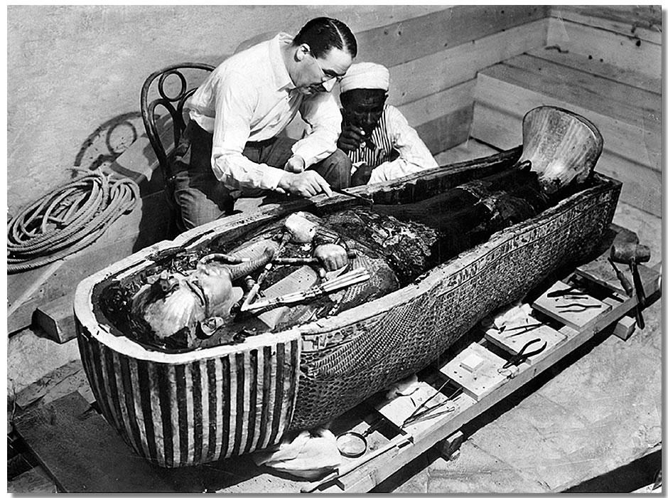 Howard Carter examina el sarcófago de Tutankamón- The Times