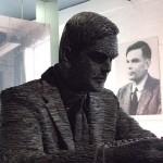 Alan Turing, padre de la Ciencia de la Computación, muerto por comer una manzana con cianuro.