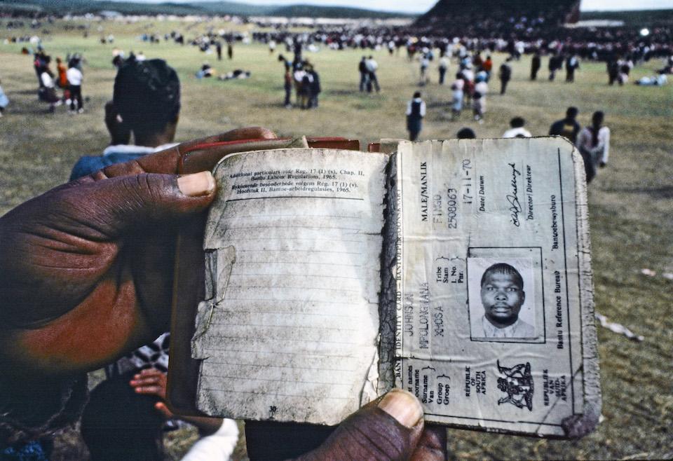 Libro de tránsito que los negros debían portar en el apartheid en Sudáfrica, 01 de enero de 1985- ONU foto