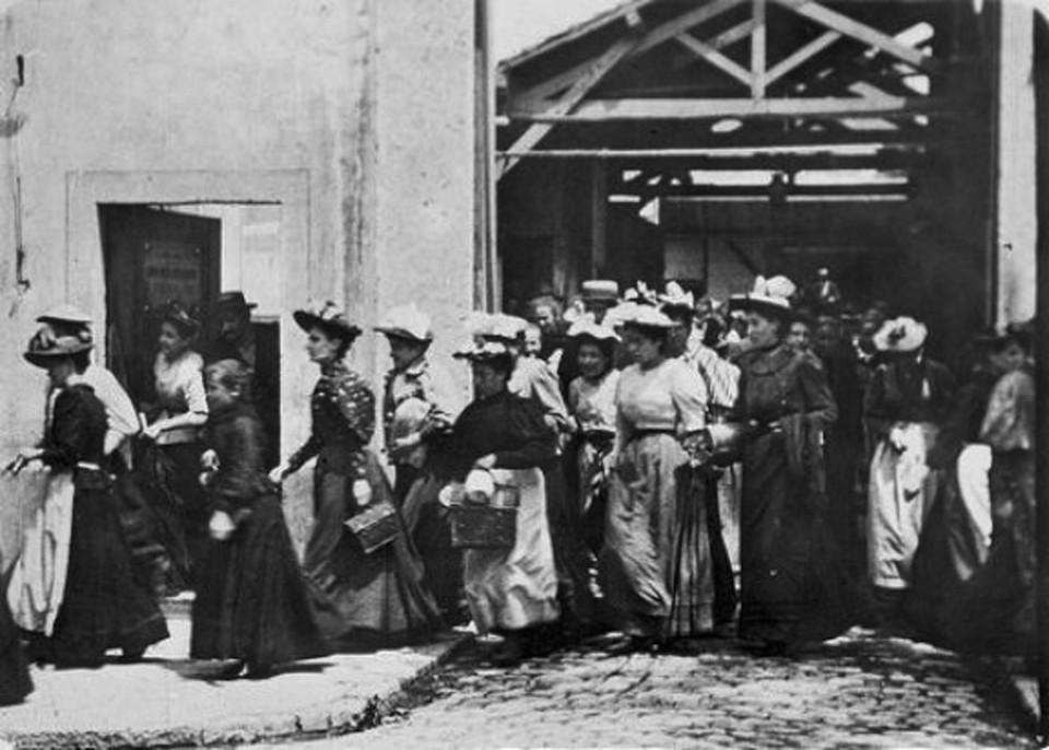 Salida de los obreros de la fábrica Lumière en Lyon Monplaisir