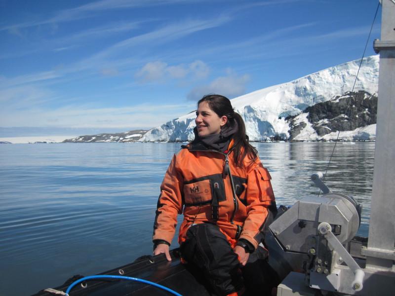 La argentina Dolores Deregibus, en la Caleta Potter a bordo de una embarcación- Dirección Nacional del Antártico