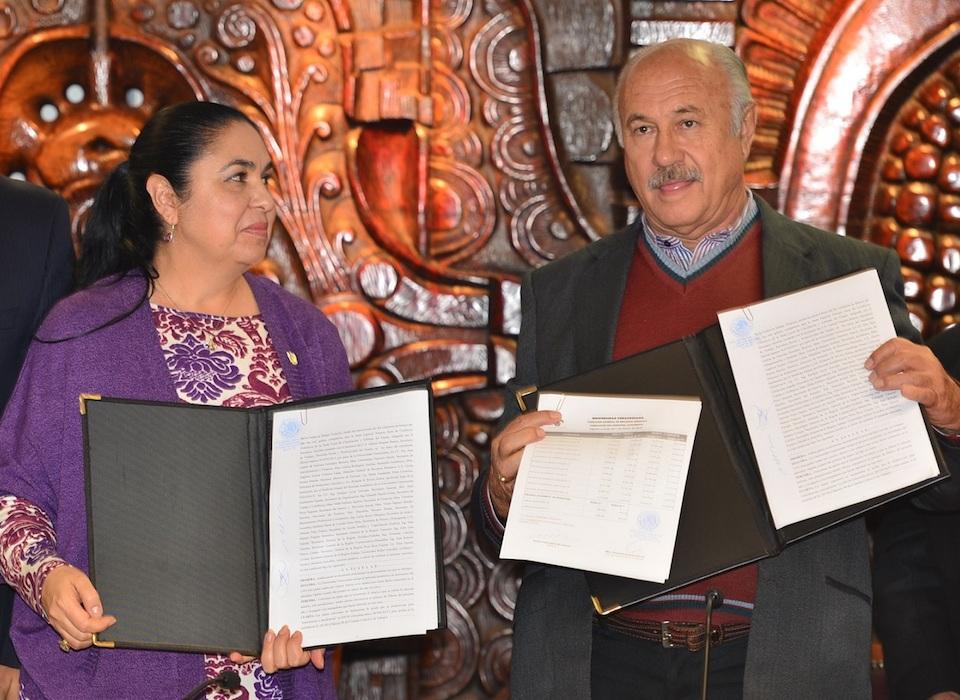 Sara Ladrón de Guevara, rectora de la UV, y Enrique Levet Gorozpe, dirigente del Fesapauv