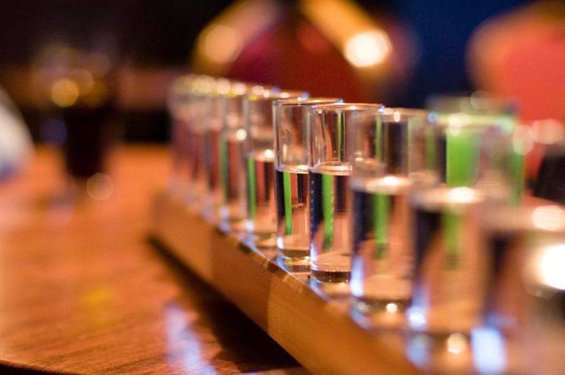Falso: El alcohol en pequeñas cantidades no reduce la mortalidad