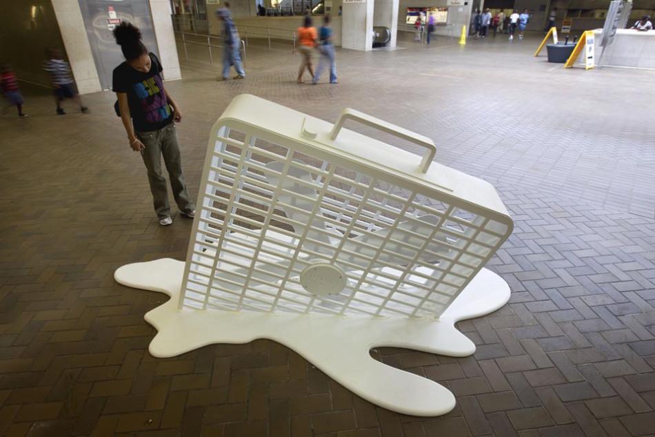 """Escultura de un """"ventilador derretido"""" en una estación del metro de Atlanta, el 9 de junio de 2011. Foto tomada de: AP, David Goldman"""