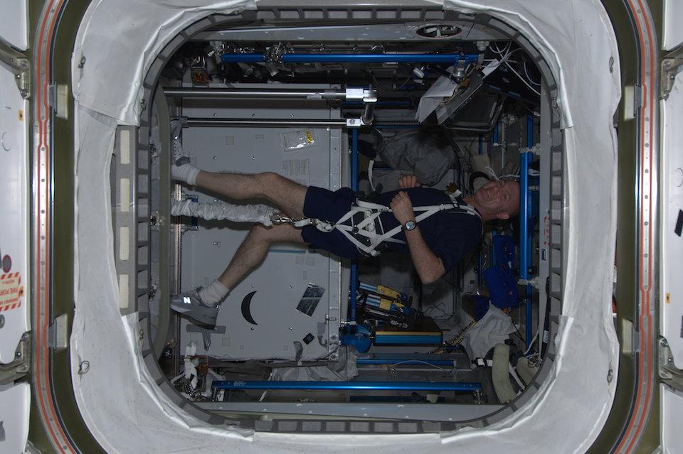 Andre Kuipers, ejercitándose en el nodo espacial- ESA/NASA