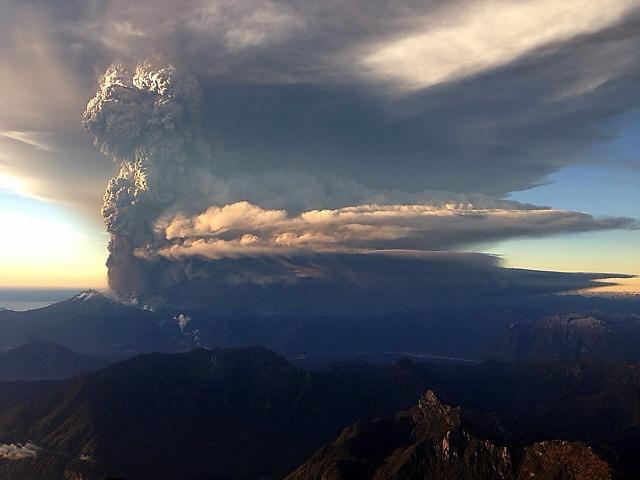 ¿Por qué se ven rayos durante la erupción de un volcán?