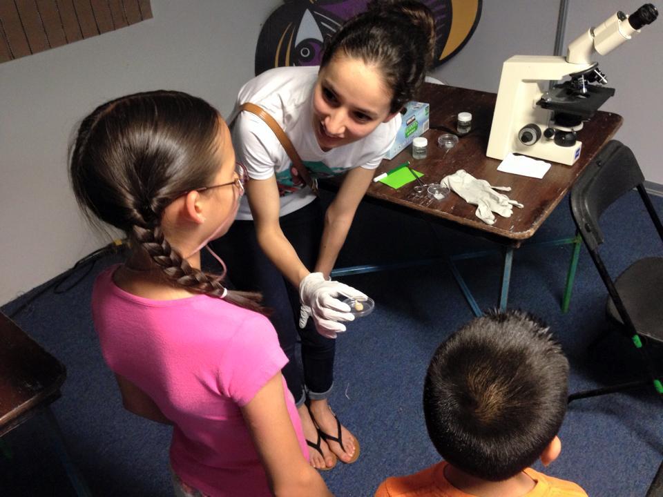 Niños y microscopio