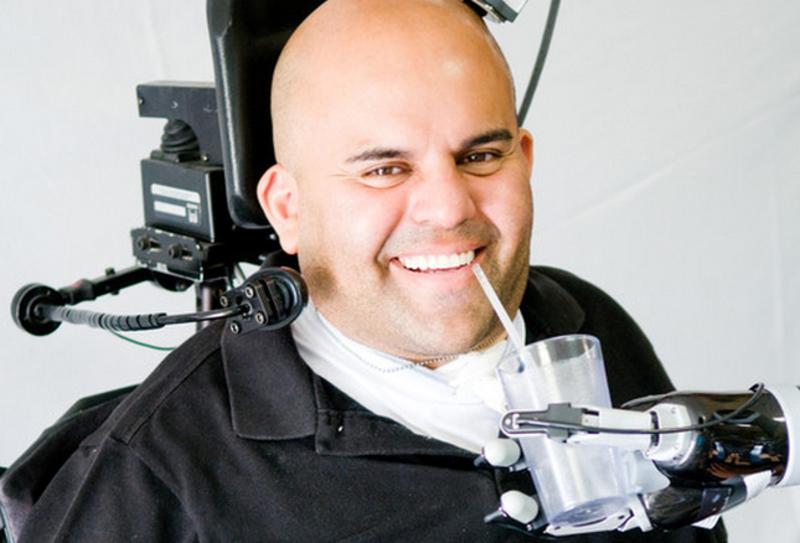 Un brazo robótico permite movimientos más fluidos en parapléjicos