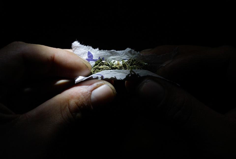 Preparando un cigarro de marihuana, Xinhua/Oscar Rivera (archivo)