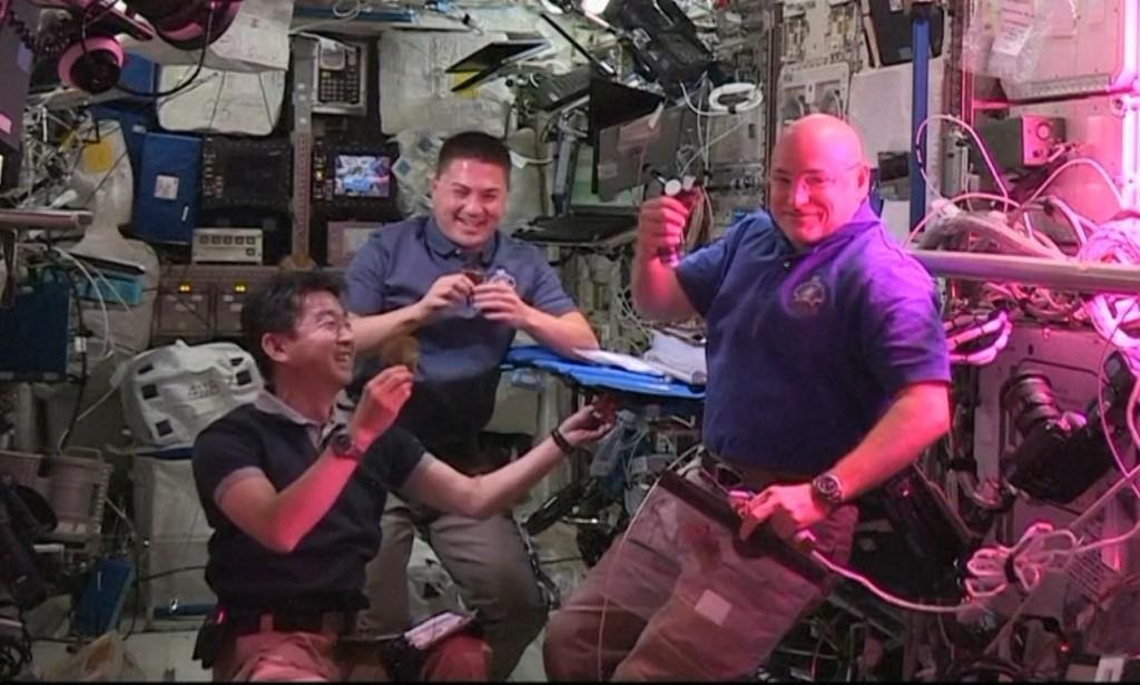 Astronautas comen lechuga cultivada en el espacio
