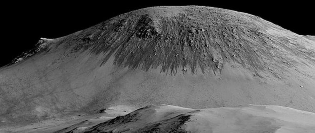 Colina marciana, con características 'líneas de ladera recurrentes', por la que podría fluir el agua- NASA, JPL, University of Arizona