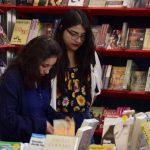 Jóvenes comprando libros