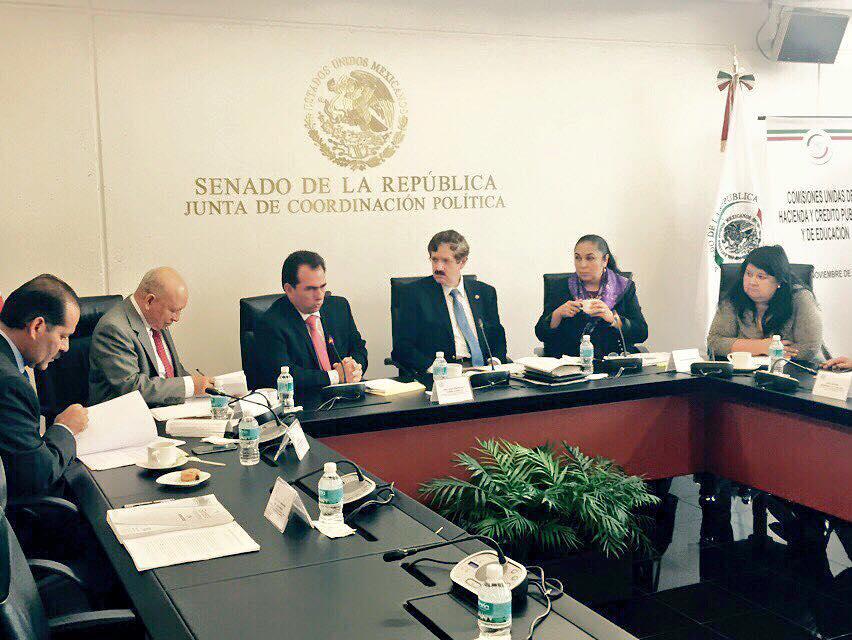 La rectora de la UV Sara Ladrón de Guevara en el Senado, en reunión de las Comisiones de Hacienda y Crédito Público y de Educación