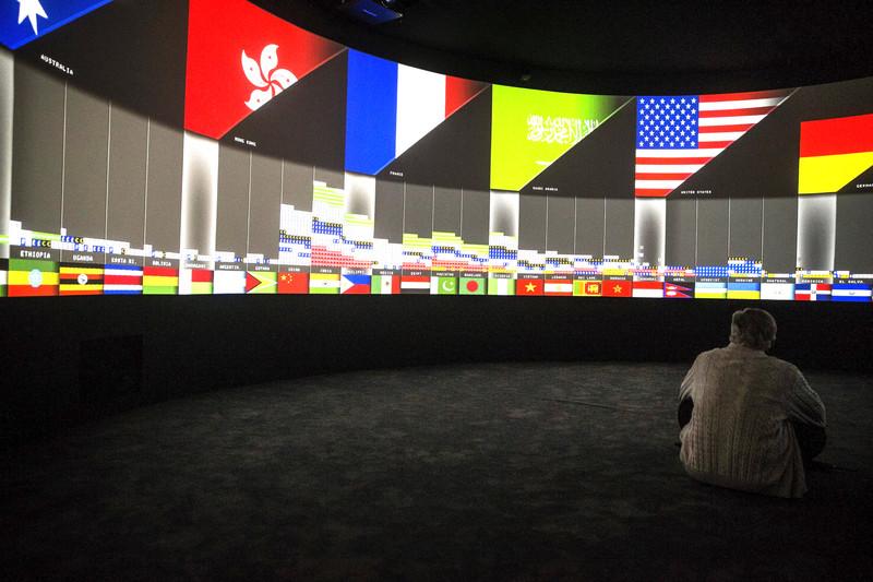 """Un hombre contempla la instalación sobre medioambiente """"EXIT"""" de los artistas y arquitectos Diller Scofidio y Renfro en el Grand Palais de París, Francia, hoy 24 de noviembre de 2015. La cumbre del cambio climático (COP 21) se celebrará del 30 de noviembre al 11 de diciembre en la capital francesa. EFE/Etienne Laurent"""