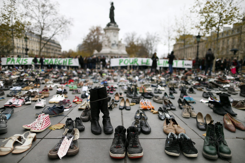 Miles de zapatos son expuestos en la Plaza de la República en París (Francia) hoy,, 29 de noviembre de 2015, en la víspera de la Cumbre sobre el Cambio Climático COP21. Más de 10.000 zapatos, incluidos unos enviados por el papa Francisco, cubrieron una parte de la plaza de la República de París para simbolizar la imposibilidad de organizar manifestaciones en la ciudad con ocasión de la Cumbre Climática (COP21) a causa de la amenaza terrorista. EFE/Ian Langsdon