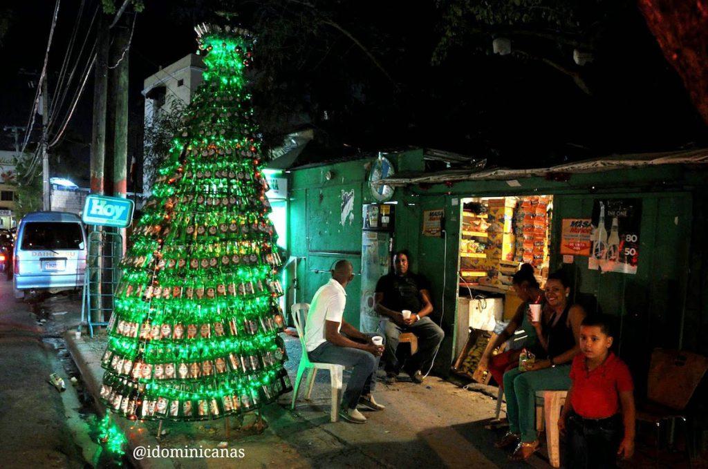 Arbolito de Navidad hecho con botellas de cerveza en Santo Domingo, República Dominicana