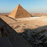 La Pirámide de Giza al amanecer y El Cairo, desde un costado de la Pirámide de Keops