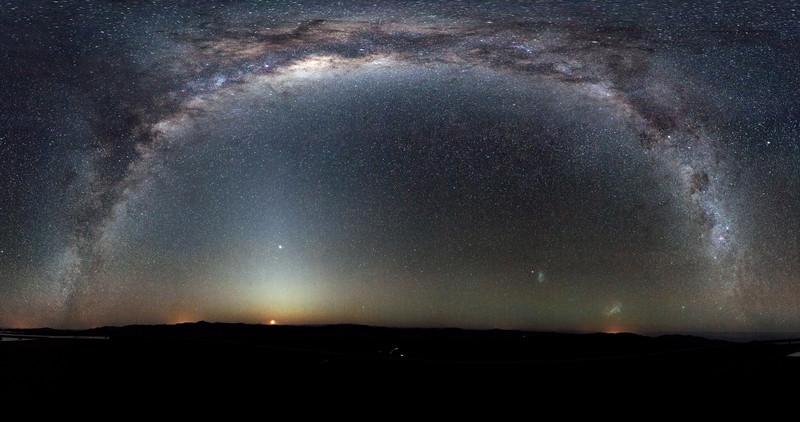La Vía Láctea en un raro arco de 360 grados, captada desde el Observatorio de Paranal, en Chile. / ESO/H.H. Heyer