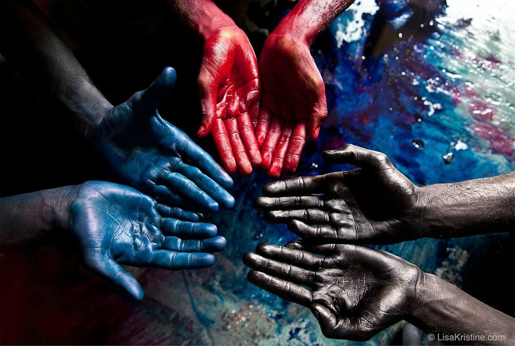 Retrato de una familia que trabaja en una fábrica textil de la India- Lisa Kristine
