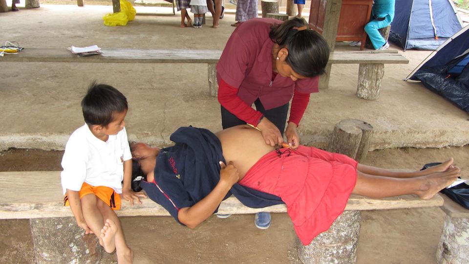 Revision a mujer indígena embarazada- Foto maria-garcia.com