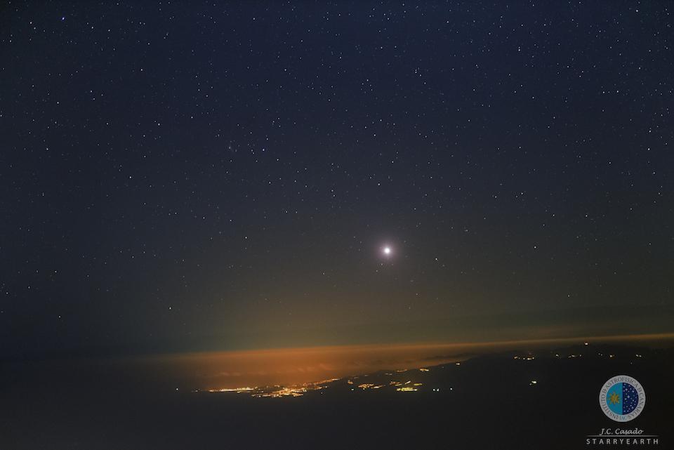 Vista desde el Observatorio del Teide, se puede ver sobre el horizonte a Venus y, algo más arriba a la izquierda, el cometa Catalina C:2013 US10- J. C. Casado