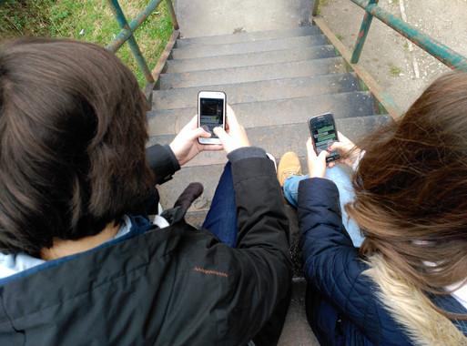 Adolescentes con celular- Univo