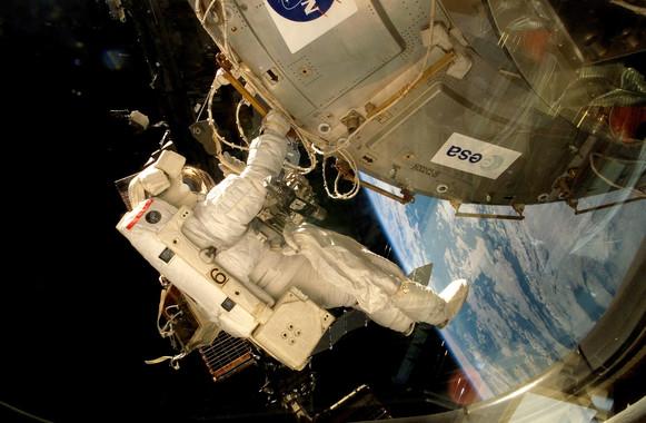 Un astronauta coloca la plataforma EXPOSE-E en la Estación Espacial Internacional- ESA