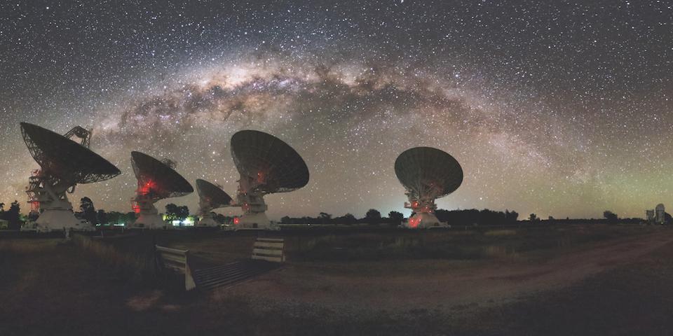 El Australian Telescope Compact Array (ATCA) con luz nocturna y con vista a la Via Lactea- Alex Cherney