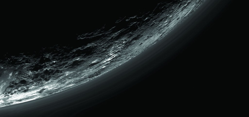Plutón y su brumosa atmósfera vista por la sonda New Horizons de la NASA