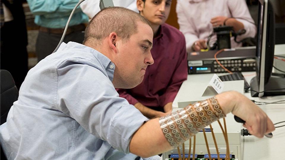 Gracias al dispositivo NeuroLife, Burkhart, de 24 años de edad, pudo agarrar, manipular y soltar objetos. / Ohio State University | Battelle