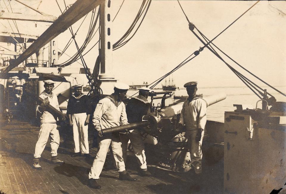 Marinos preparando los cañones contra el puerto de Veracruz en la invasión de 1914- Hugo Brehme, INAH, SINAFO, FN México