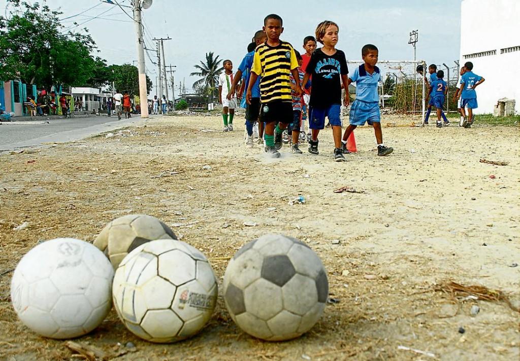 Niños en el campo de fútbol de la colonia