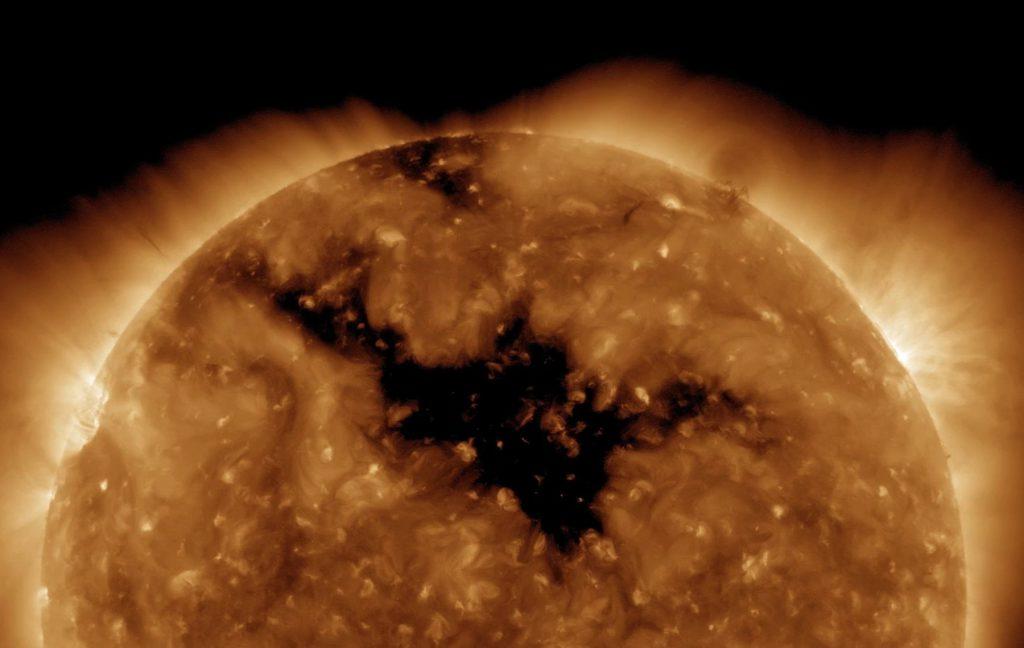 Un gigantesco agujero coronal en el Sol, observado por SDO