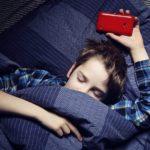 Los aparatos electrónicos, pueden causar alteraciones del sueño. Hay que desterrarlos de la recamara