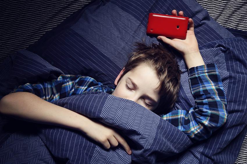 Dormir con el celular en la mano