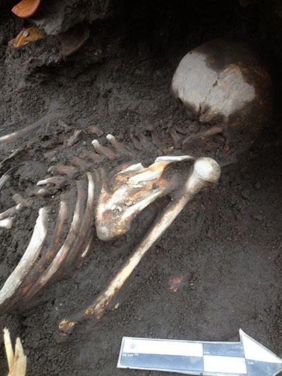 Entierro de individuo de sexo femenino, con al menos 700 años de antigüedad. Foto Sahira Rincón, INAH.