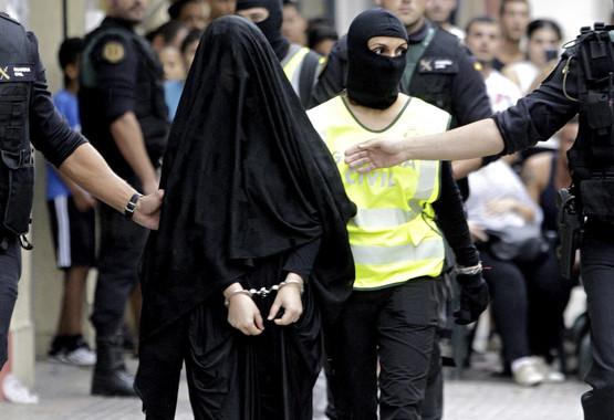 La radicalización de personas en Internet, como la de esta joven que fue detenida en Gandía el pasado septiembre, se acentúa cuando las mujeres son activas en redes. / EFE